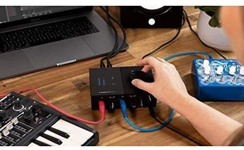Native Instruments Komplete Audio 2のフロントパネル